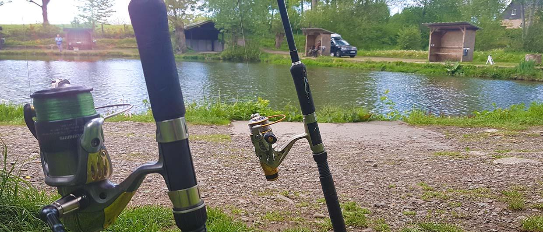 Zwei Angeln am großen Forellenteich im Fisch-Park am Strullbach